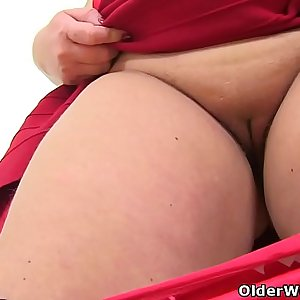 Busty and British mummy Sookie Blues fingers her meaty cunt