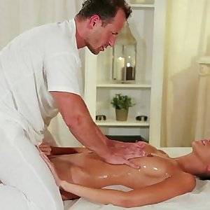 Muscle masseur rimming hot brunette