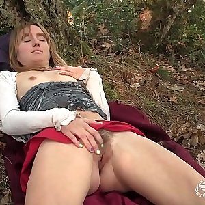 Yanks Girl Chloe Randall Masturbating Outdoors